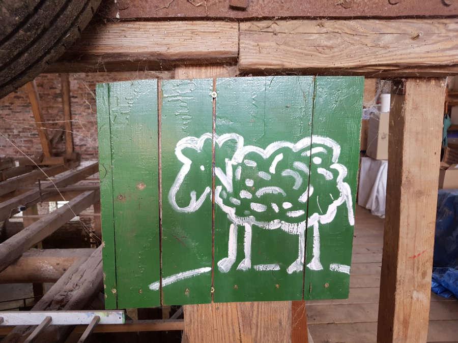 Holztafel mit gezeichnetem Schaft, Schafscheune Vietschow