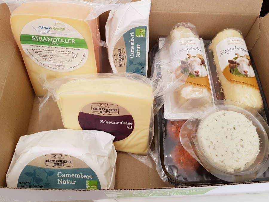 Mecklenburger Käsekiste mit verschieden Käseerzeugnissen aus MV