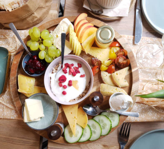Frühstücksteller mit Käse und Obst im Café Südwest in Stralsund